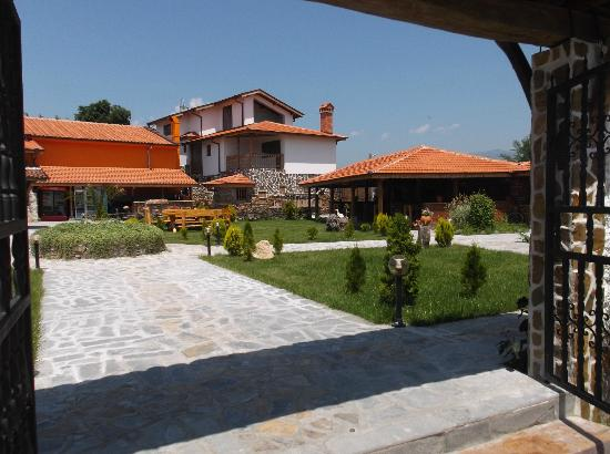 Karavelovo, Bulgarien: View of right hand side of terrace and garden