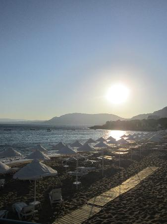 Pefkos Beach: Sunbeds on the beach