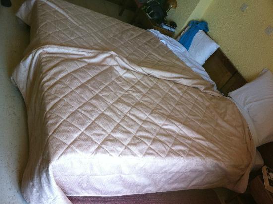 Olympic Hotel: La camera da letto con il letto rifatto