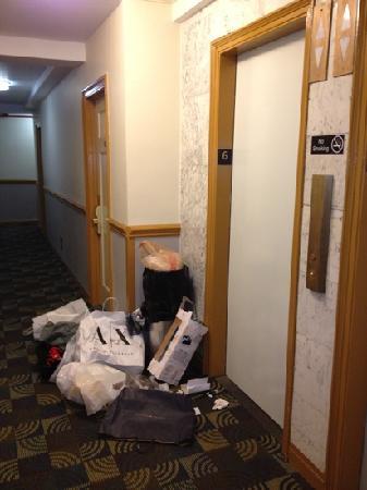 Hotel Carter: basura frente al ascensor