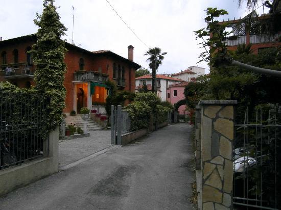 Seitenstraße, Blick auf Villa Albertina Zufahrt