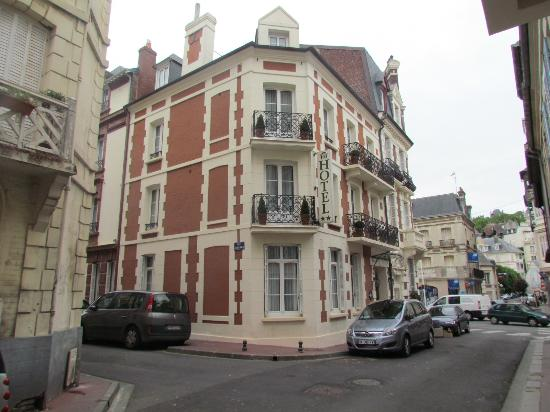 Hotel Le Fer a Cheval : View from the street