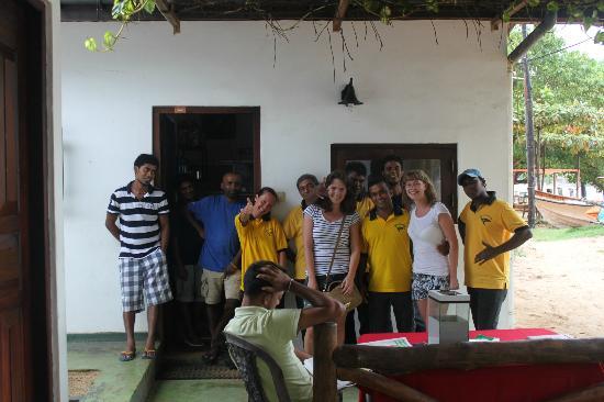 Tartaruga Hotel & Beach Restaurant: insieme a una parte dello staff Tartaruga