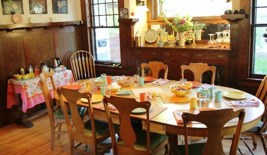 Blossom's Bed and Breakfast: Dining  Room