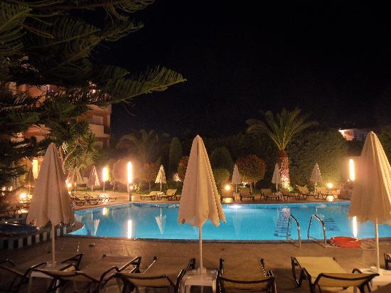 Contessina Hotel: The immaculate pool area by night