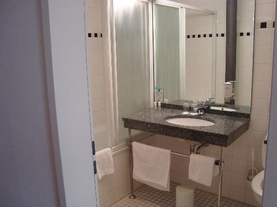 Nestor Hotel Ludwigsburg: Vue de la salle de bain