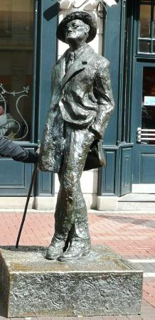 James Joyce Statue: JAMES JOYCE