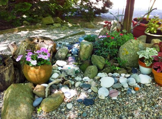 Nauset House Inn: leave a shell or pretty beach stone in this little memory garden