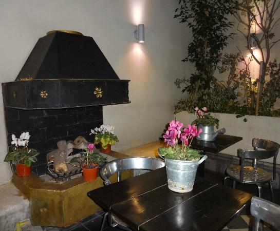 Miravida Soho Hotel and Wine Bar: the fireplace in the courtyard of the hotel
