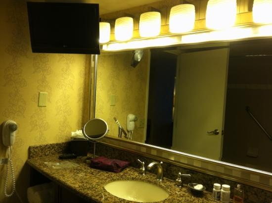 Nugget Casino Resort: upgraded bathroom with tv