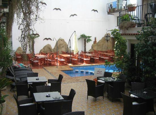 Hotel Neptuno & Apartments : Pool and terrace tables