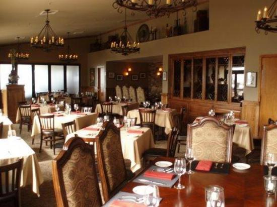 Bogey's Steak & Seafood: Bogey's dining room is warm and inviting