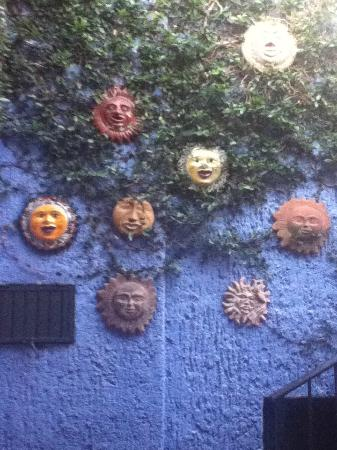 La Villa del Ensueno Hotel: Lovely wall with suns