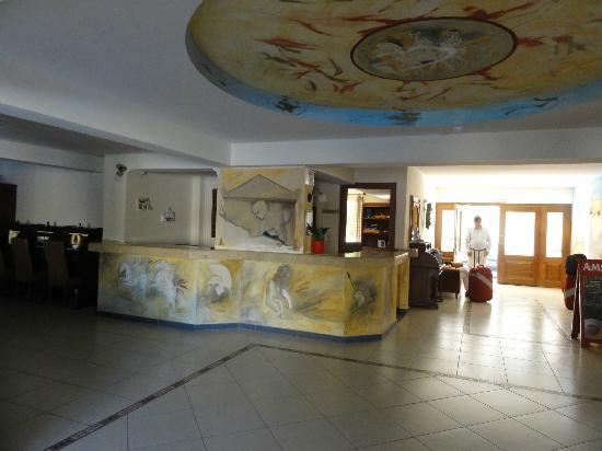Michalis Apartments : Entrén men vackra målningar!!