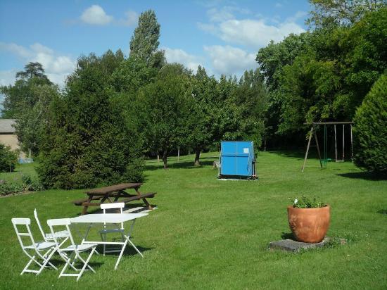 Maison d'hotes Les Batarelles  : Une balançoire pour les enfants, une table de tennis pour les plus grands