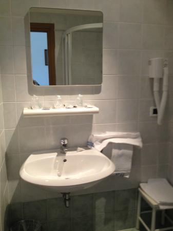 Il bagno, ristrutturato da poco. - Picture of Hotel Dolores ...