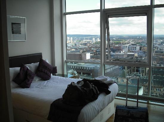 Glasgow Loft Apartments: master bedroom