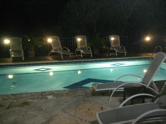 Marquis Boutique Hotel: The pool at night