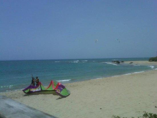 Kite Beach Inn: Beach _ 2 min away from our room.