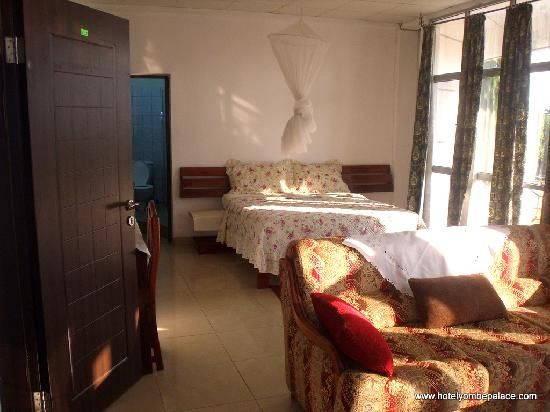 Yombe Palace Hotel : Room with grand sitting room