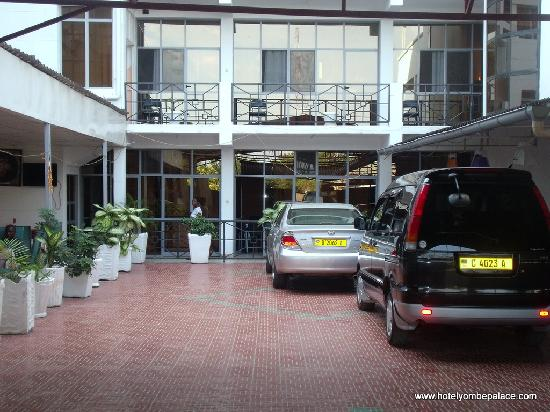 Yombe Palace Hotel : Another look of the inside parking