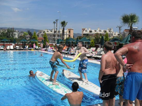 Club Aida: simon på brædt