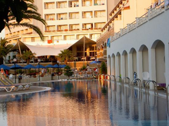 Batihan Beach Resort & Spa : vous plongez de votre chambre dans la piscine