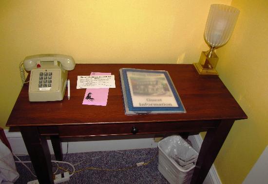 Irving House at Harvard: Die gesamte Zimmereinrichtung - neben Bett und altem Nachttisch....