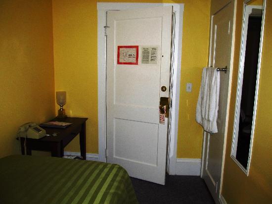 Irving House at Harvard : Das ganze Zimmer - kein Regal für Kleiderablage....