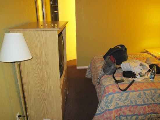 Travelodge Phoenix Downtown: Interior (way to the shower)