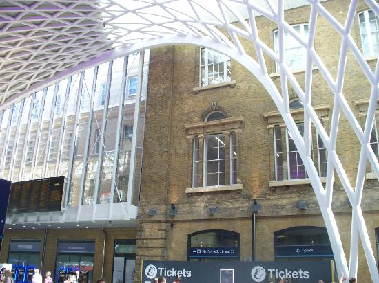 King's Cross : contrasto tra il vecchio e il nuovo edificio