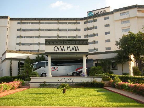 Casa Maya Cancun: Front of hotel. Condos in building next door.