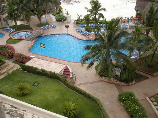 Casa Maya Cancun: View of beach and pool from room - 5th floor