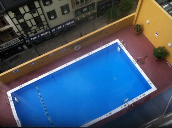 Holiday Inn Express Philadelphia-Midtown: Outdoor pools in urban environments are a rare treat!