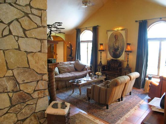 A Mountain View Retreat: Common Room