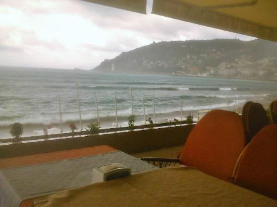 Sun Hotel: Restaurant at the beach
