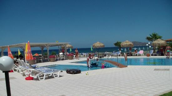 Enorme Eanthia Beach: Pools and taverna close to the sea