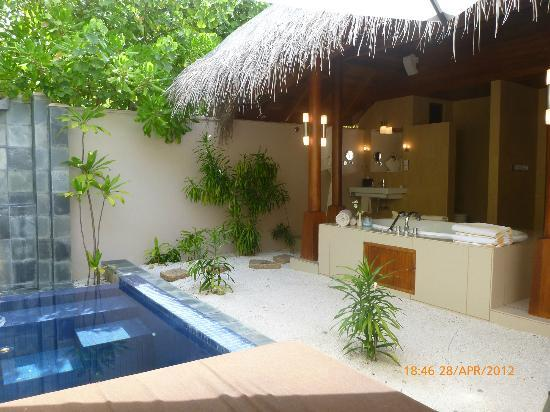PER AQUUM Huvafen Fushi: out door private bathroom