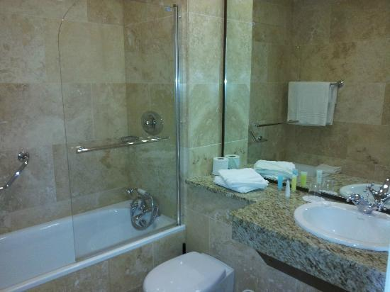 Westport Country Lodge Hotel: Spotlessly clean bathroom with shower screen