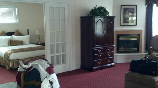 Hotel Northampton: Armoire and fireplace