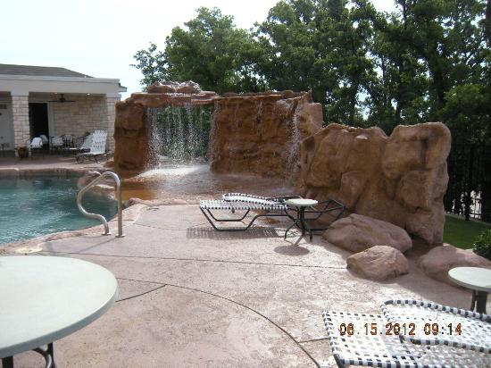 Best Western Premier Crown Chase Inn & Suites: Waterfall
