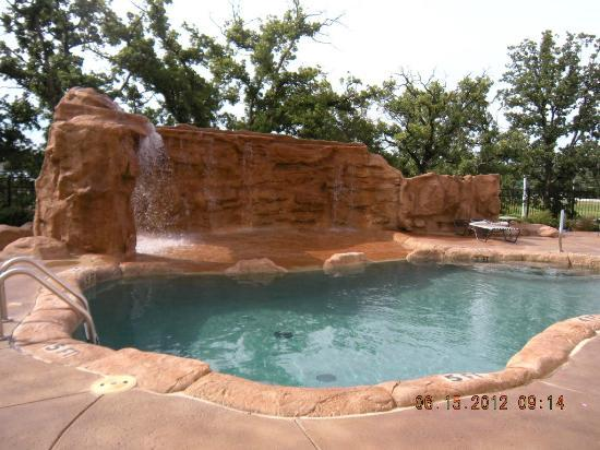 Best Western PREMIER Crown Chase Inn & Suites: Pool waterfall