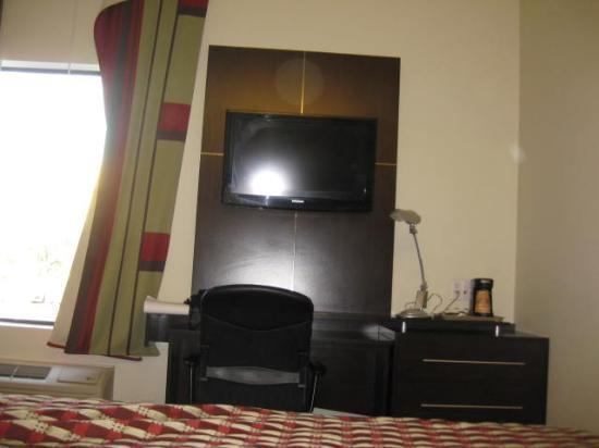 Red Roof Inn Locust Grove: nice tv and interior decorating of room #105