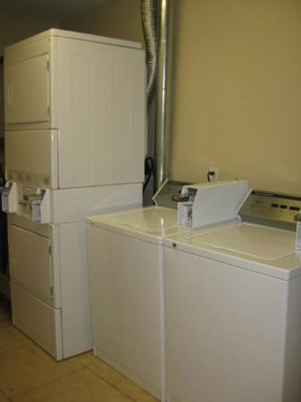 Red Roof Inn Locust Grove: Guest Laundry Area (VERY CLEAN & WELL MAINTAINED!)