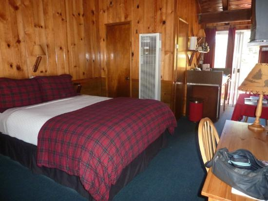 Strawberry Creek Bunkhouse: Main room
