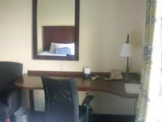 Hampton Inn Harrisonburg South: Large desk area