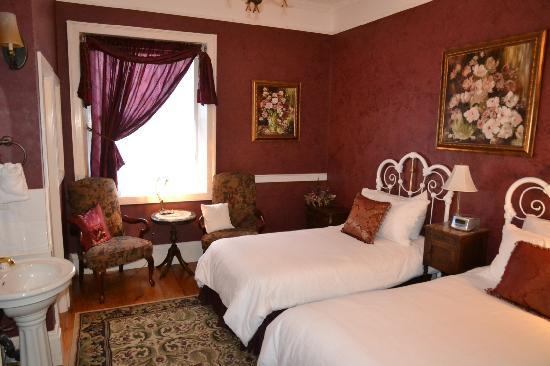 Brockamour Manor Bed and Breakfast: Sister Charlotte can be set up as Twin Beds