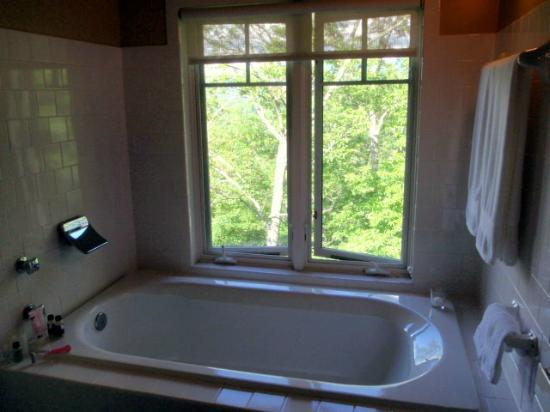 ‪‪Sourwood Inn‬: Large bathroom tub with view