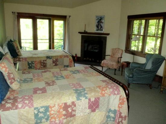 Sourwood Inn: Bedroom filled with windows