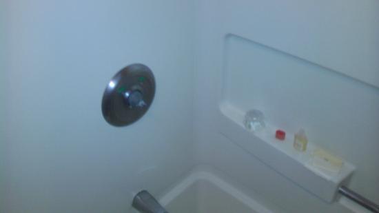Days Inn Sturgis: Broken shower/bath